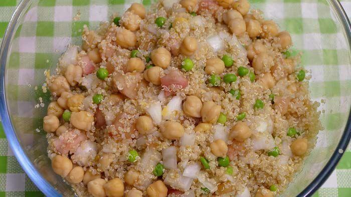 Ensalada de garbanzos y quinoa. Una receta muy completa ya que contiene muchos nutrientes ideal para nuestro día a día. Es una elaboración que puedes preparar en cualquier ocasión.