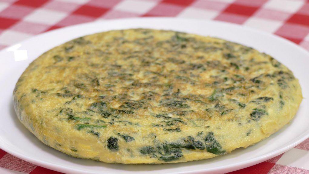 Tortilla de espinacas. Una receta muy sencilla de hacer y sobre todo rápida. En tan sólo 10 minutos obtendrás esta elaboración. Las espinacas dará a todo el plato un sabor sorprendente. ¡Prueba a hacerla en casa!