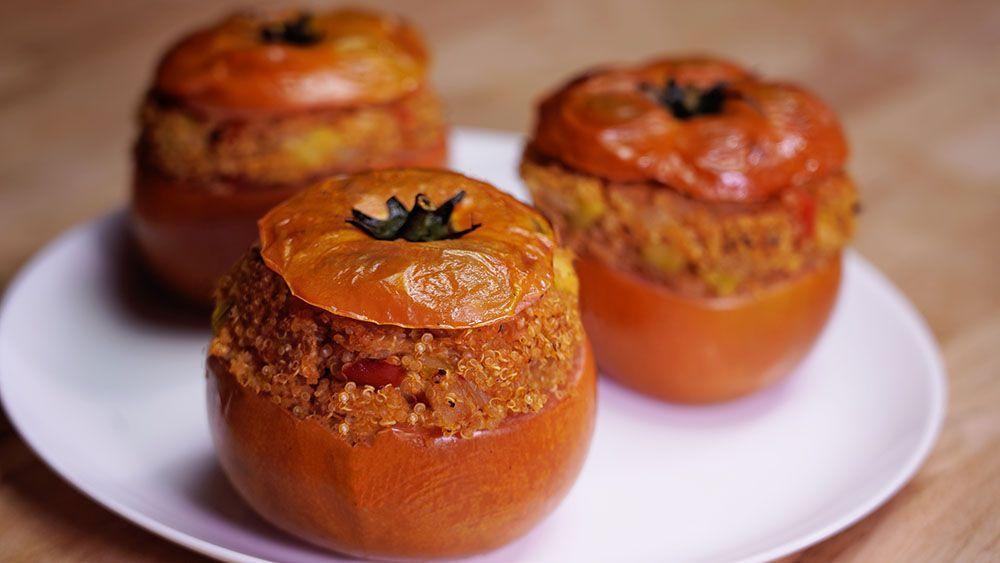 Los tomates rellenos de quinoa son muy saludables. Ideales para aquellas personas que busquen un plato sano y sabroso. Es un plato apto para personas con hipertensión, diabetes, obesidad, etc. Y también, para aquellas que simplemente quieran cuidarse, sin renuciar a todo el sabor de una buena receta.