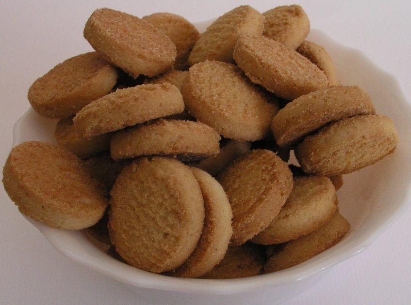 Galletas de mantequilla con chocolate. Vamos a hacer una receta de las de toda la vida. Unas galletas de mantequilla con chocolate. ¿Cómo se preparan y qué necesitamos para hacerlo? Pues la lista de ingredientes es corta y la mantequilla es, como no, la protagonista. En esta receta, también aparecen los ingredientes básicos de unas galletas, como la harina o el huevo.